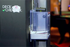 DECK CHECKER быстро проверяет до восьми колод карт, распечатывает отчеты, и помещает карты в безопасное хранилище.