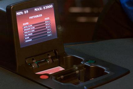 i-DEAL™ PLUS одноколодная шафл машина, объединяет в себе самые современные технологии для достижения максимальной производительности и безопасности покерных игр для операторов казино.